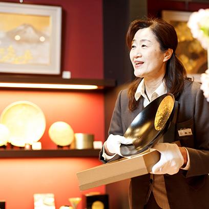 金箔工芸品や金箔化粧品の販売スタッフ